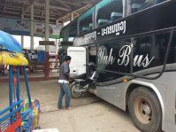 Notre bus pour Vientiane, on y charge de tout