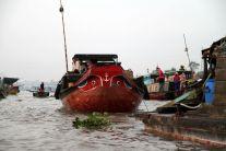 Marché flottant : le légume pendu au bout de la perche indique ce qui est vendu sur le bateau.