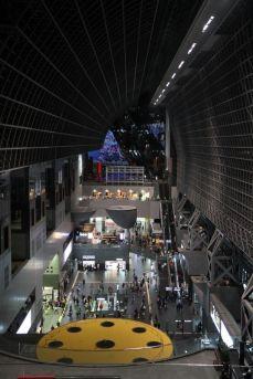 La gare de Kyoto, qui surpasse Hauptbahnhof Berlin sans problème