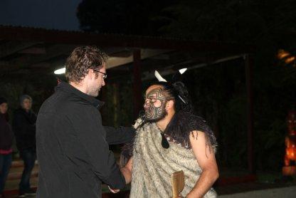 Patrick salue le chef de la tribu maori...