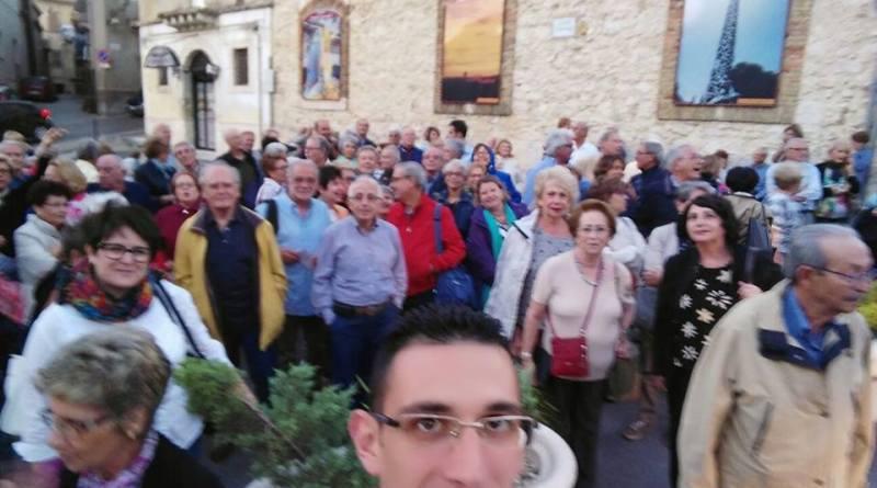 Paolo Totò Bellone con i turisti in piazza Garibaldi