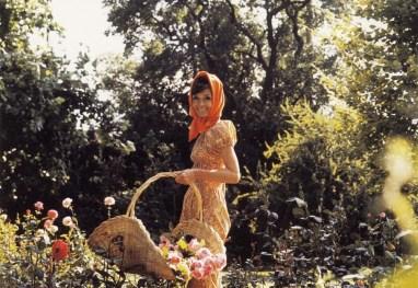 Audrey no jardim de sua casa.