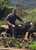 Stefano Bruzzone conferindo a horta da família à bordo de sua moto