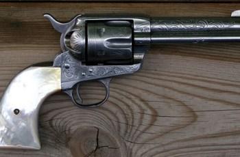 colt-revolver-560
