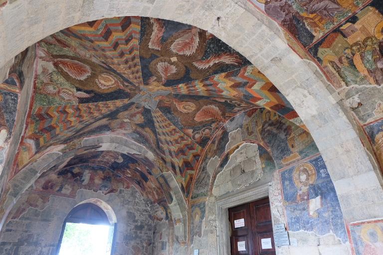 Byzantijnse schilderingen met de hoofden weggekrast toen het een moskee werd