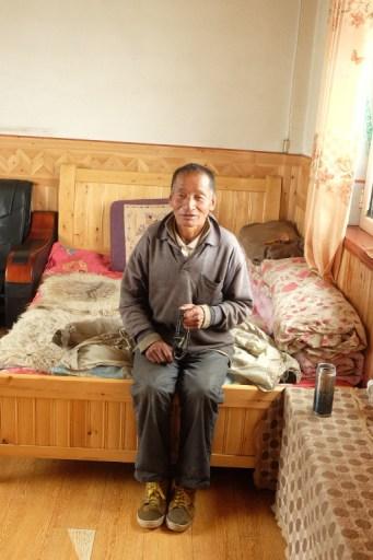In zijn warme kamertje langs de weg mochten we schuilen voor de natte sneeuw