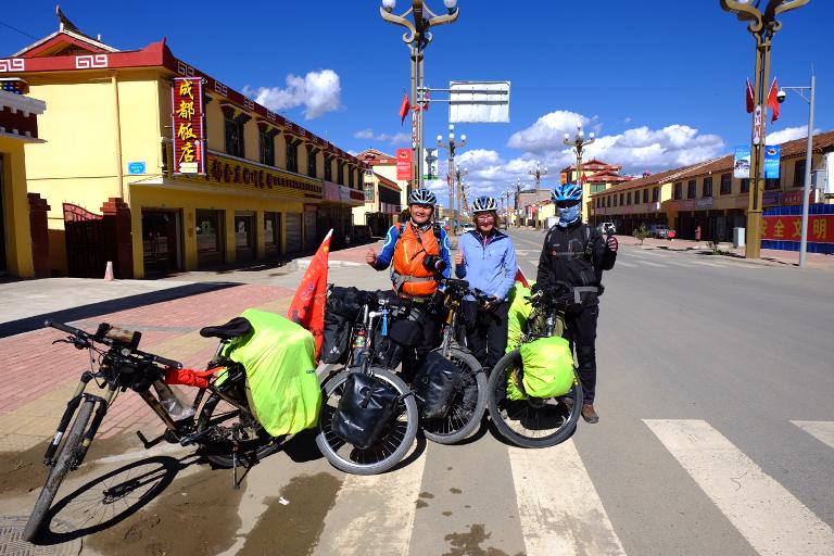 Chinese fietsers in en met typische outfit