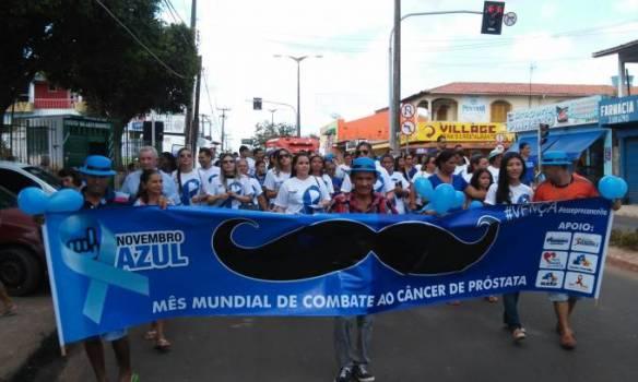 A caminhada exibiu cartazes de sensibilização e entregou folhetos à população com informações sobre o câncer de próstata e orientando sobre a doença.