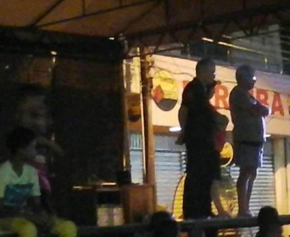 Prefeito João Felipe, na escuridão do palco na maior cara de pau.