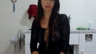 Acompanhante de luxo deliciosa fazendo striptease