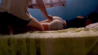 Comendo a namorada rabuda enquanto ela dorme.