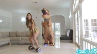 Gostosa rabuda fodendo com T-rex
