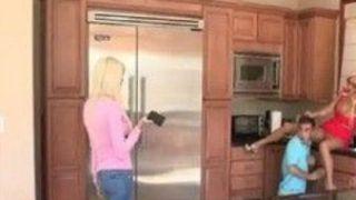 Loirinha flagra namorado dela fudendo sua mãe