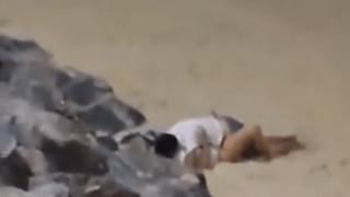 Fazendo sexo na praia escondido