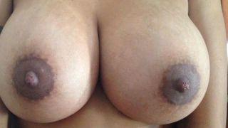 Corno divulgando as fotos amadoras dos peitos da esposa gostosa