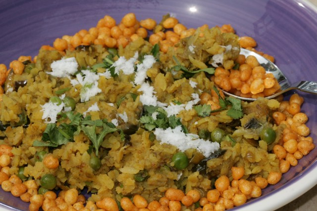 Vangi pohe with some crunchy masala boondi