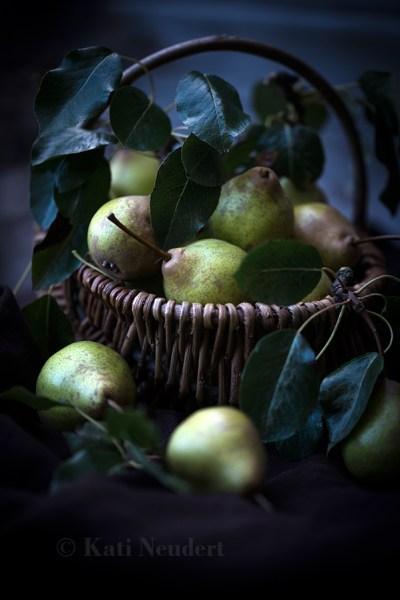 Frisch gepflückte Birnen (Pyrus).