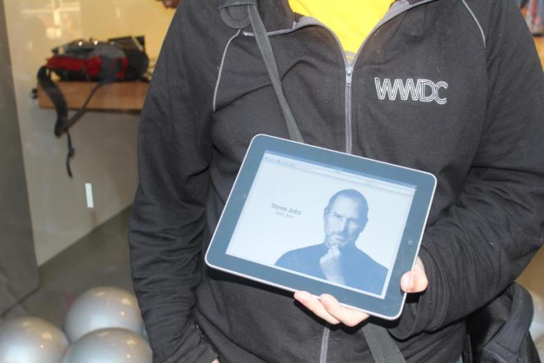 Steve Jobs Mourners at San Francisco Apple Store