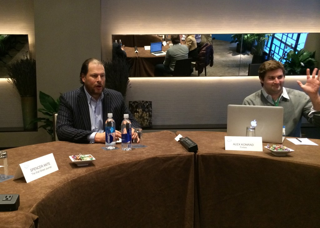 Benioff chats with a roundtable of journalists