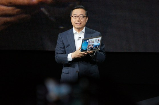 DJ Lee, Samsung's EVP and Head of Sales & Marketing, showing off the Galaxy Tab S.
