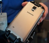 The Galaxy Note 4 sits right within the Gear VR.