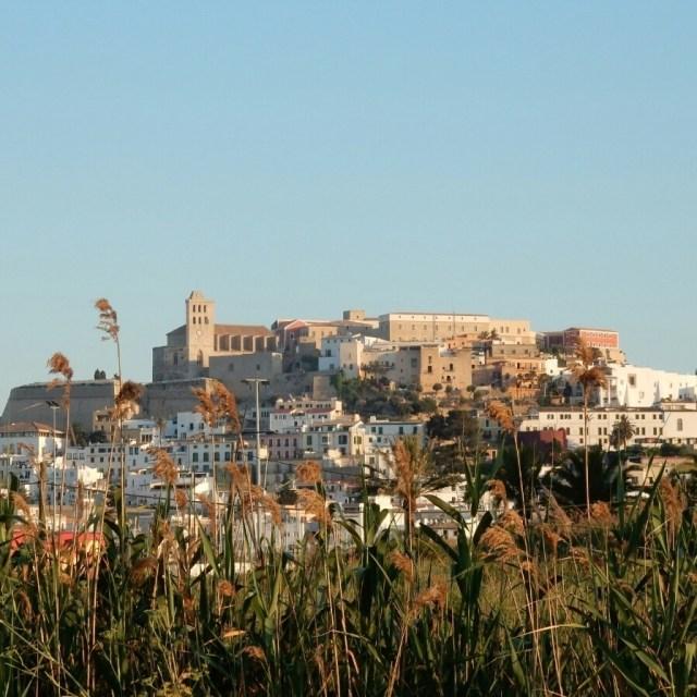Uitzicht op de oude stad... Dalt Vila.