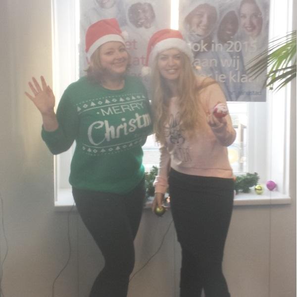 Smokkelmomentje in december 2014... toen ik nog bij Randstad werkte, hadden we een dresscode. Met kerst vonden oud-collega Linda en ik dat we wel een foute kersttrui aan konden. Omdat we dit last minute besloten en er bijna nergens meer een kersttrui te vinden was, koos ik voor een trui van de kinderafdeling met de tekst 'Oh deer'. Past dus best in het thema van vandaag.
