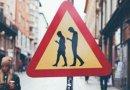 В Финляндии появился дорожный знак «Люди с мобильниками»
