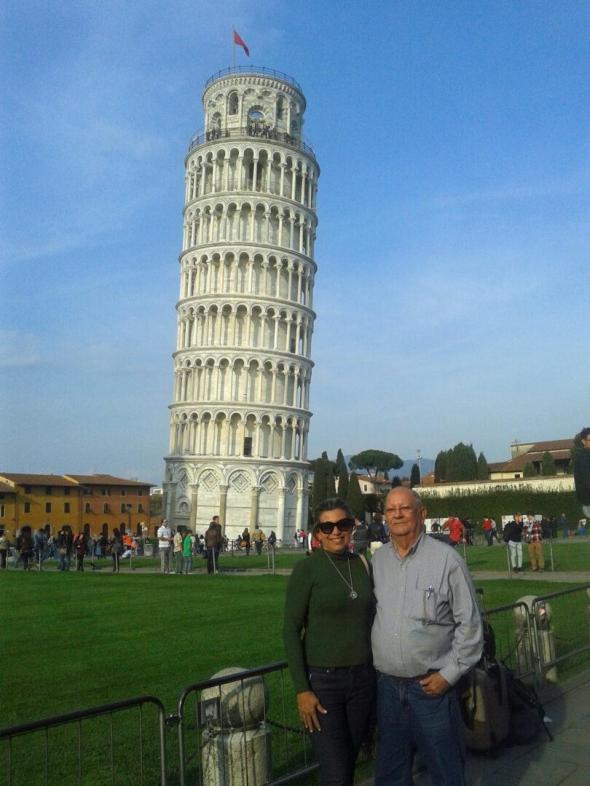 Europa na melhor idade_casal em Pisa_Viajando bem e barato