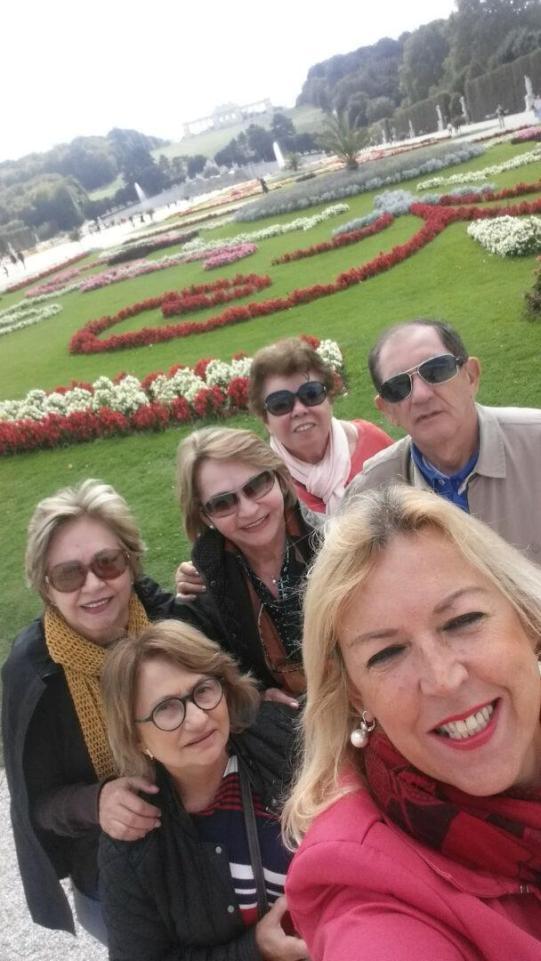 Com turistas nos jardins do Palácio Schönbrunn
