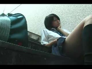 野外にて、素人の主観無料エロハメ撮り動画。【素人】女子○生を階段に座らせて、野外で主観SEXを愉しむ