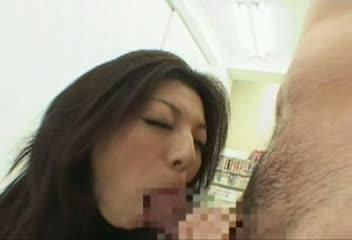 コンビニにて、素人女性のオナニー無料レズビアン動画。コンビニで、テープを剥がして堂々とエロ本を立ち読みするばかりか、そのままオナニーまで始めてしまう非常識な女www