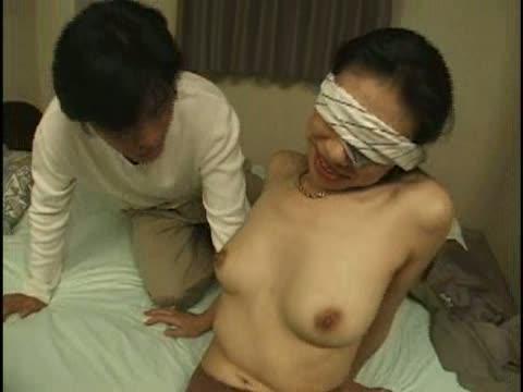 (巨にゅうの母乳ムービー)目隠ししたまま優しく乳房を愛撫されて、母乳を垂らしちゃうヒトヅマ