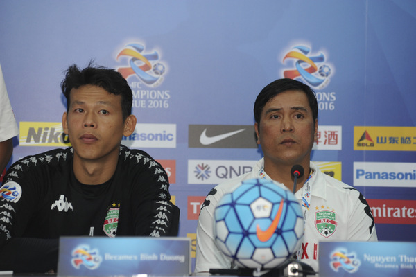 THU DAU MOT, VIETNAM - FEBRUARY 23:  (CHINA OUT) Becamex Binh Duong head coach Nguyen Thanh Son (R) attends a press conference after the AFC Champions League Group E match between Becamex Binh Duong and Jiangsu Suning at Binh Duong Stadium on February 23, 2016 in Thu Dau Mot, Vietnam.  (Photo by ChinaFotoPress/ChinaFotoPress via Getty Images)