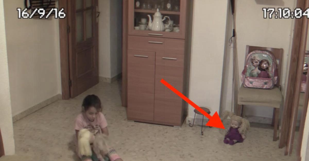 Az anyuka kamerán figyelte a kislányát ahogy játszik, de a 31. másodpercen megfagyott a vér az ereiben attól amit látott
