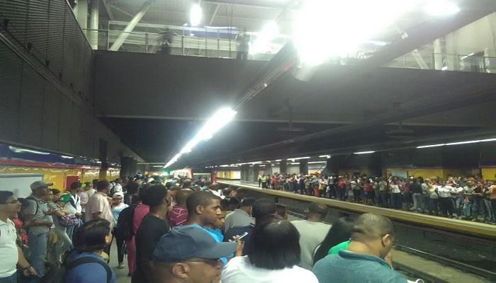 Línea 2 de Metro Santo Domingo paralizó servicio la noche miércoles por casi una hora,