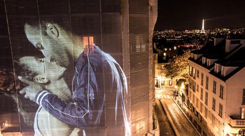 Парижские здания подсветили проекциями целующихся людей.