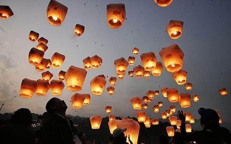 Candles-at-Weddings-chinese-floating-lanterns-via-National-Vintage-Wedding-Fair-blog.jpg
