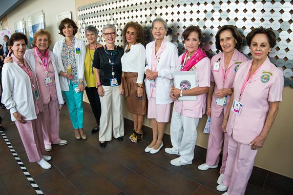 inauguran-exhibicion-de-arte-contra-el-cancer-de-mama2