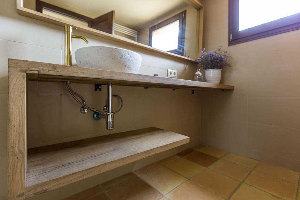 lavabo de cermica sobre encimera de madera