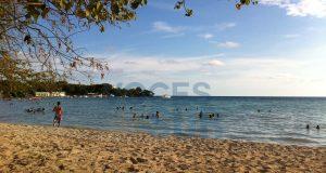 Cientos de personas visitan mensualmente Playa Santa en Guánica.