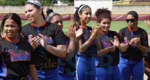 Jugadoras de las Bucaneras de Arroyo en el sóftbol femenino.