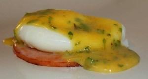 Salsa holandesa de cilantro y huevos poche. (Voces del Sur)