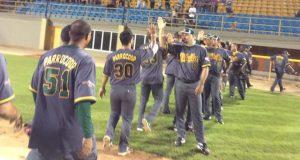 Los integrantes de la novena de Villalba celebran luego de una anotación.