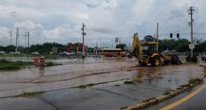Las lluvias provocaron en el día de ayer, martes, que se inundara la carretera PR-1 en Salinas.