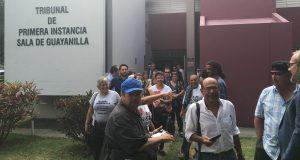 Los manifestantes arrestados por realizar desobediencia civil acudieron al Tribunal de Guayanilla junto a sus abogados.