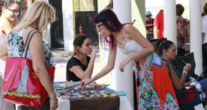 El primer Mercado Artístico y Artesanal reunió a ilustradores, artesanos, cantantes y bailarines en la plazoleta del Museo de la Historia de Ponce. (Voces del Sur)