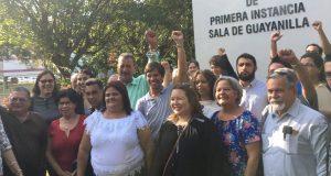 El grupo de manifestantes celebró frente al Tribunal de Guayanilla la no radicación.