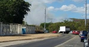 El fuego se desarrolla a un costado de la carretera PR-149 en Juana Díaz. (Voces del Sur)