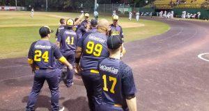 Los integrantes de los Piratas de Cabo Rojo celebran en el terreno de juego.